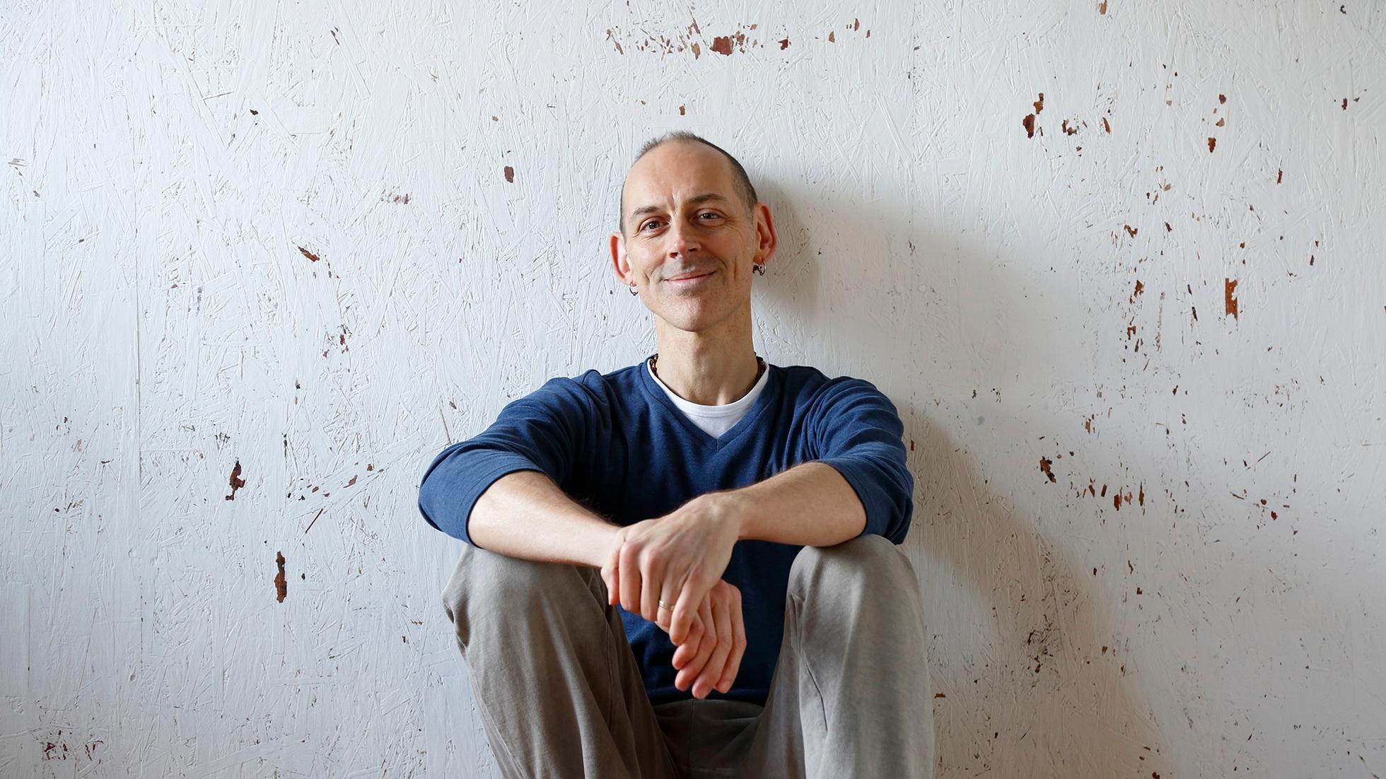 Mark Shveima - マークは、サンフランシスコから京都に拠点を移して10年。ヨガ実践暦20年以上のベテラン指導者。哲学思想や瞑想に造詣が深い。意識や瞑想の科学や、エネルギー理論を伝えることを得意とし、人生の変容を導くヨガを提唱する。アメリカで著名な大学教授として活躍し、歴史に名を残すヨギーに長年仕えた師のもとで入門し、密教系のタントラ・シヴァ派思想を学び続ける。タントラ・シヴァ派思想瞑想の正統継承伝道師E-RYT 500詳しくはこちら。www.markshveimyoga.com