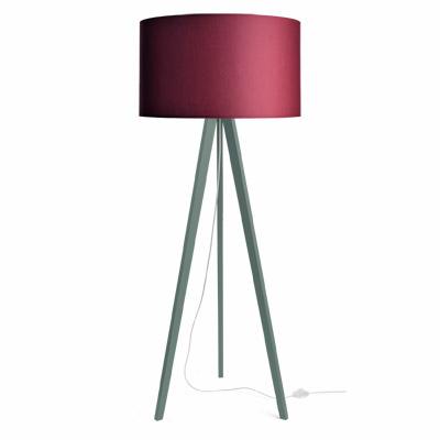 colouredby-stehlampe-onno-dreibein-gruen-lampenschirm-weinrot.jpg