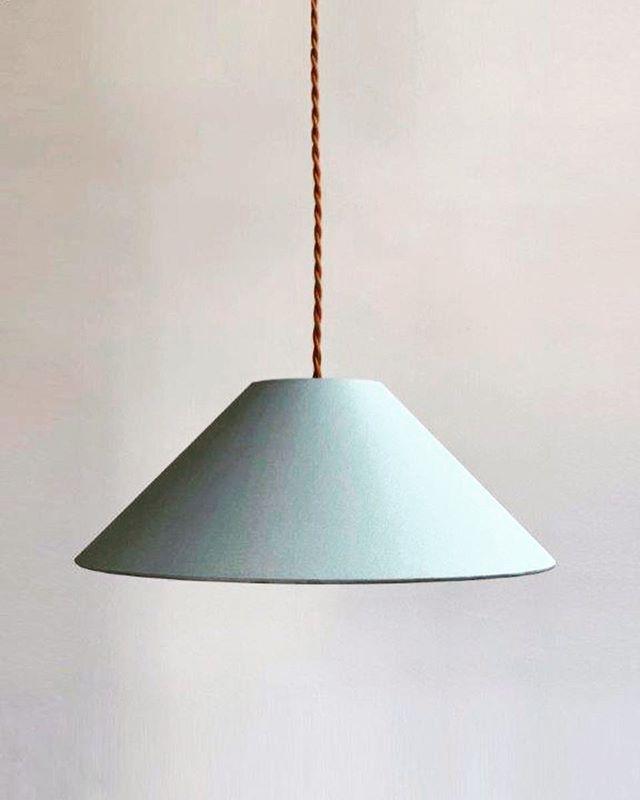 """Hängeleuchte ADA in """"Urban Grey"""" mit geflochtenem, cognacfarbenen Textilkabel. Minimalistisch schön und in vier Farbkombinationen erhältlich. . . . . #lampenschirm #handmade #pendelleuchte #hängeleuchte #hängelampe #leuchten #lampe #lampendesign #lampshade #shades #pendantlamp #pendantlight #colour #colourblock #minimalism #minimalstyle #colourlove #colourcombination #colouraccent #interiordesign #homedecor #homedecoration #interior #madeingermany"""
