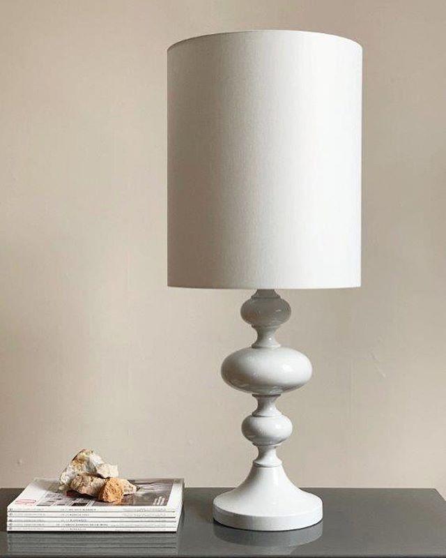 """NEU: Unsere grosse Tischleuchte JOS in der Farbe """"Cloud"""". Wir lieben den Kontrast von ausdrucksstarker Form und zurückgenommener Farbgebung. Erhältlich mit zwei Schirmgrössen und in zwei Farben. . . . . #lampenschirm #handmade #tischleuchte #leuchten #lampe #lampendesign #lampshade #tablelamp #colour #colourlove #akzent #kontrast #colouraccent #interiordesign #homedecor #homedecoration #interior #minimalism #simplestylehome #cloud"""