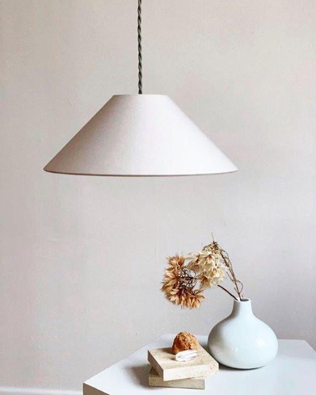 """Hängeleuchte ADA in """"Kitt"""" mit geflochtenem Textilkabel in Graugrün. Minimalistisch schön und in vier Farbkombinationen erhältlich. . . . . #lampenschirm #handmade #pendelleuchte #hängeleuchte #hängelampe #leuchten #lampe #lampendesign #lampshade #shades #pendantlamp #pendantlight #colour #colourblock #minimalism #minimalstyle #colourlove #colourcombination #colouraccent #interiordesign #homedecor #homedecoration #interior #madeingermany"""