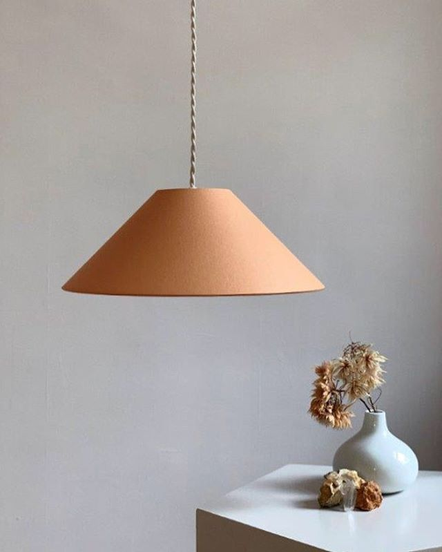 "ADA in ""Peach"" mit geflochtenem Textilkabel. Jetzt auch bei @gruenblaugrau_interieur erhältlich! . . . . #lampenschirm #handmade #pendelleuchte #hängeleuchte #hängelampe #leuchten #lampe #lampendesign #lampshade #shades #pendantlamp #pendantlight #colour #colourblock #minimalism #minimalstyle #colourlove #colourcombination #colouraccent #interiordesign #homedecor #homedecoration #interior #madeingermany #gruenblaugrau_interieur"