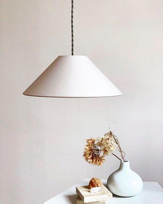 """Unsere Hängeleuchte ADA in """"Kitt"""" mit geflochtenem Textilkabel in Graugrün. Minimalistisch schön und in vier Farbkombinationen erhältlich. . . . . #softminimalism #lampenschirm #handmade #pendelleuchte #hängeleuchte #hängelampe #leuchten #lampe #lampendesign #lampshade #shades #pendantlamp #pendantlight #colour #colourblock #minimalism #minimalstyle #colourlove #colourcombination #colouraccent #interiordesign #homedecor #homedecoration #interior #madeingermany"""