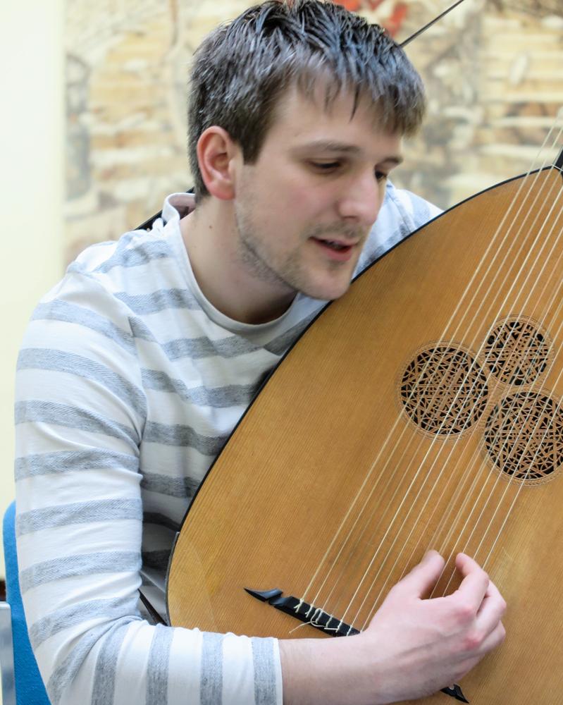 """- Jadran Duncumb, theorbe,er av engelsk og kroatisk opphav, men vaks opp nær Oslo. Han nådde finalen i """"BBC Young Musician of the Year"""" som gitarist og starta studia ved Royal College of Music under Gary Ryan, men vende seg snart mot theorbe og continuo-spel, samt luttleksjonar med Jakob Lindberg. Etter fullførte gitarstudier bar det til Staatliche Hochschule für Musik i Trossingen med Rolf Lislevand. Han vart uteksaminert som Masters in lute and baroque guitar with distinction i 2015, men heldt fram til ny master i basso continuo. I 2015 vann han òg 1. pris ved """"Maurizio Pratola"""" luttkonkurranse in L'Aquila, Italia. Endå Jadran framleis elskar klassisk gitar, fokuserer han no meir på solo repertoar for barokklutt og -gitar så vel som kammermusikk."""