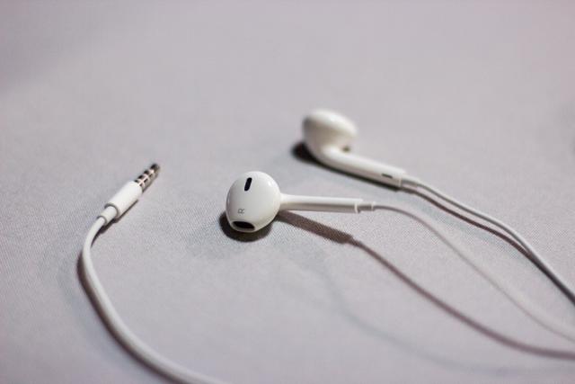 iphone-headphones.png