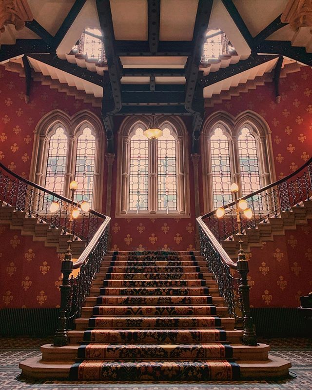 The grand staircase of @stpancrasren is undoubtedly the centerpiece of the hotel. It sprawls over three floors and, surprisingly, it is be found in the west wing of the building. Feats of craftsmanship and ingenuity, it has seen the visit of many celebrities. 📷 @tripserto