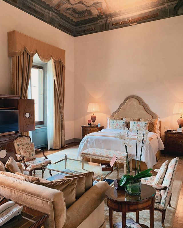 A renaissance masterpiece, the @fsflorence offers a voyage back to the Italian 15th and 16th century history. Their suites will leave you in awe; immense space complimented by the frescoed ceilings illuminated by the natural light flooding in from oversized windows. 📸 @tripserto
