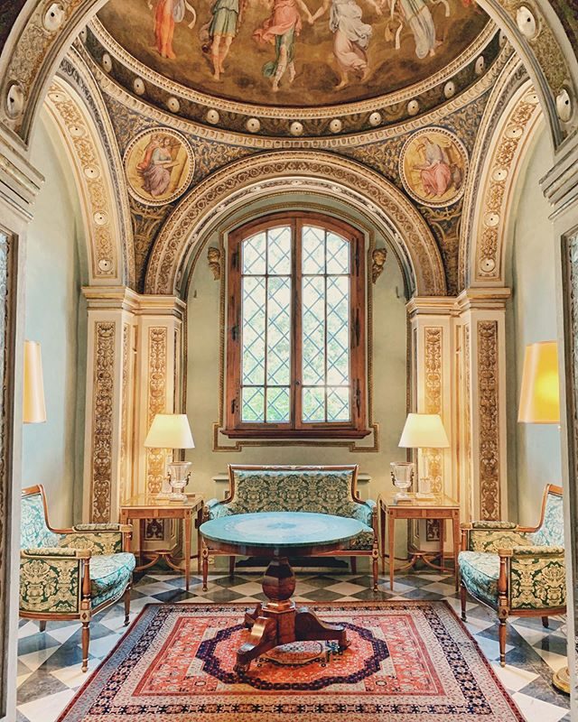 A sanctuary in the middle of Florence, also known as an art-filled Renaissance palazzo. Relax in @fsflorence amongst the original frescoes and sculptured reliefs, graced by sunlight and airy garden vistas. 📸 @tripserto