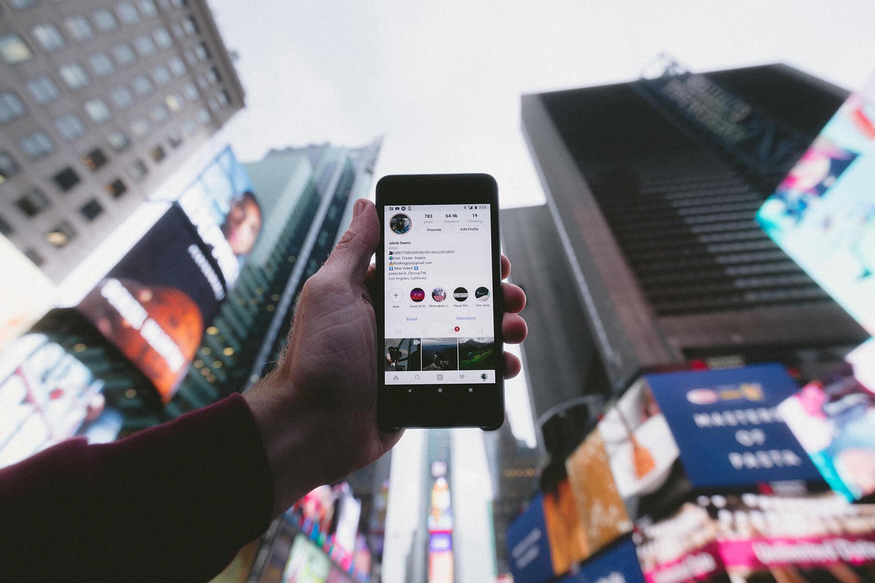 tela de smartphone com cidade ao fundo