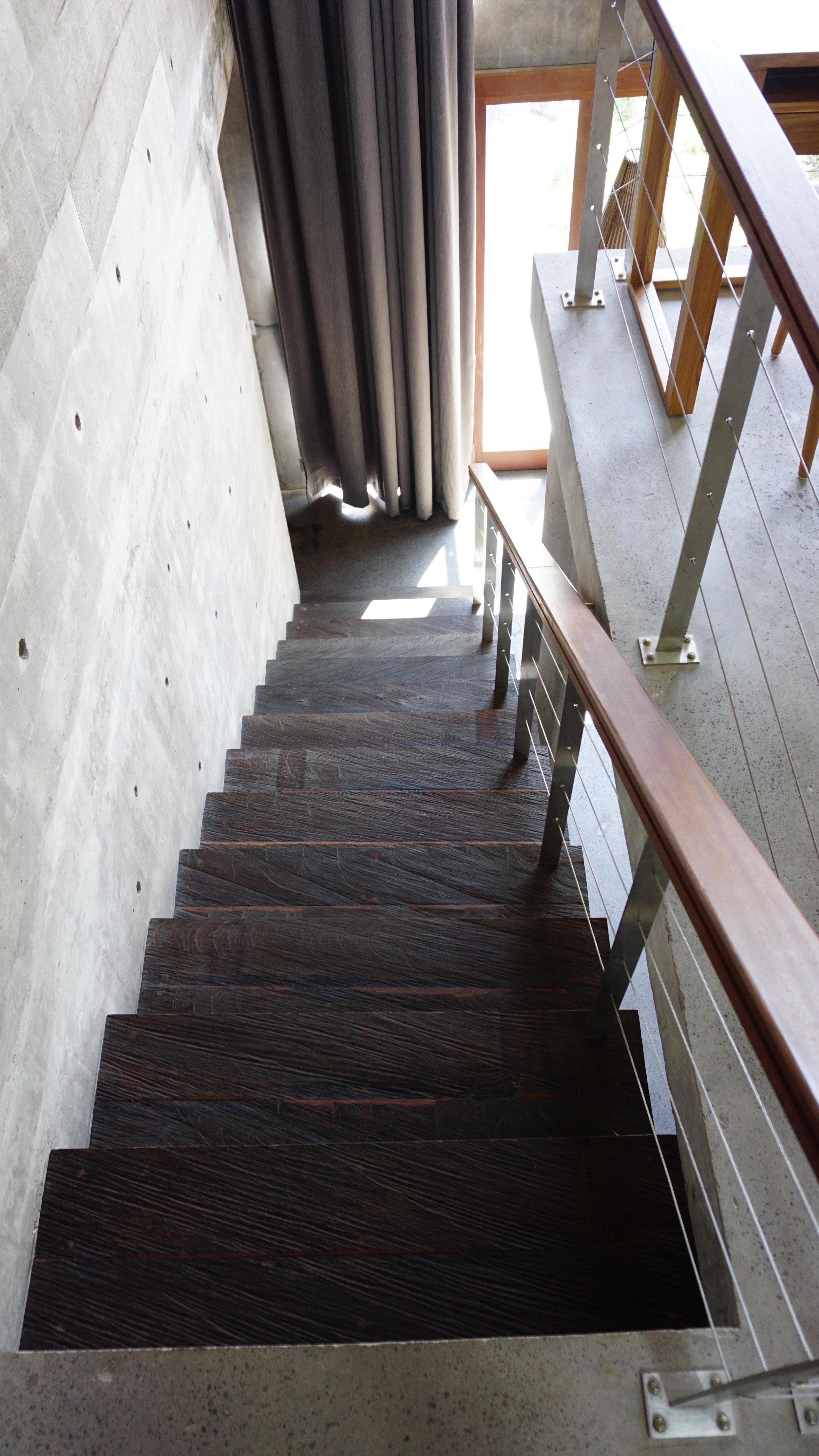 Betoontrepi astmed kaetud õhukese puitlauaga