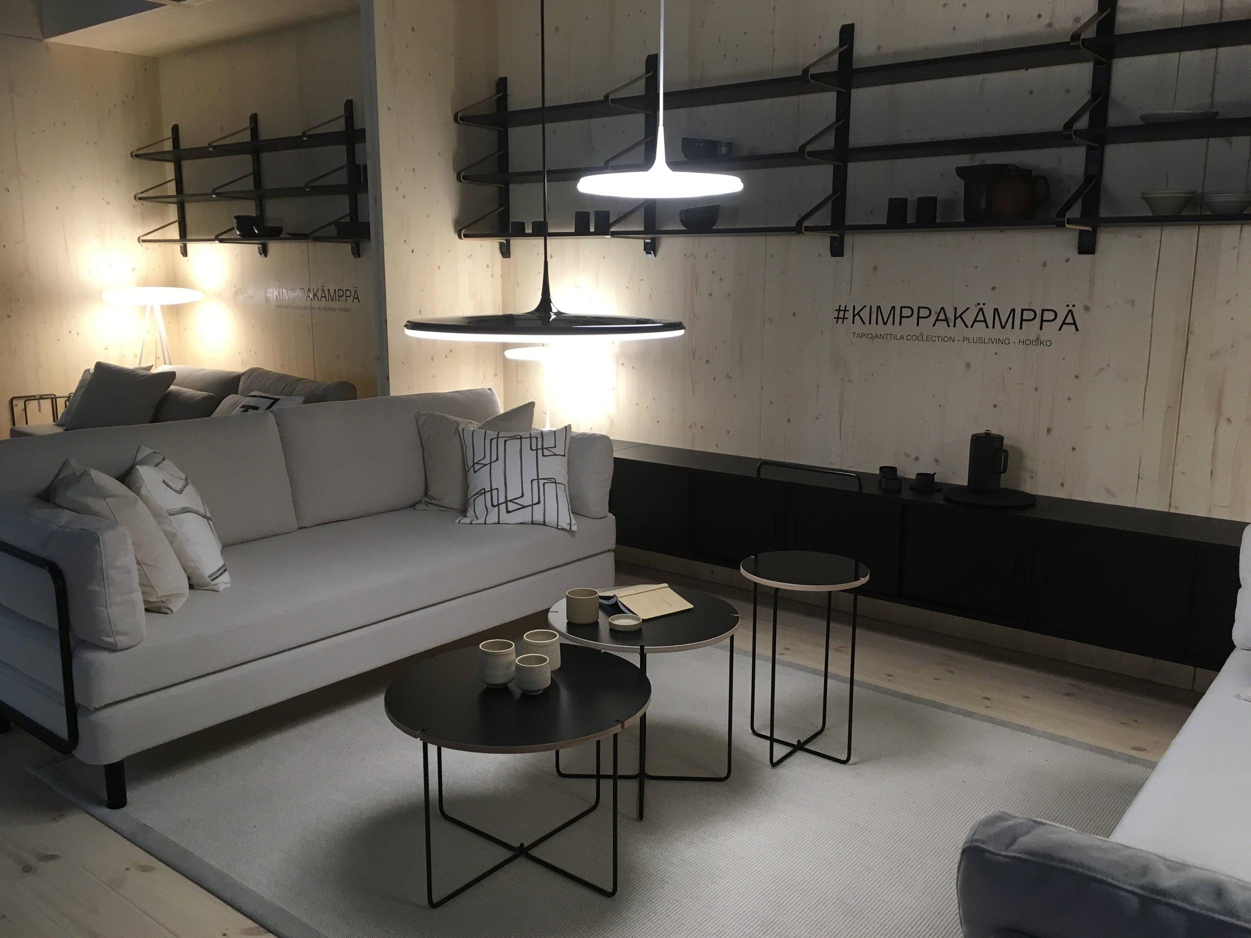Ülimalt lihtsa ja õhulise disainiga diivanvoodi, seinakapid ja Alvar Aalto disainimustriga riiulid. Lemmik, lemmik, lemmik!