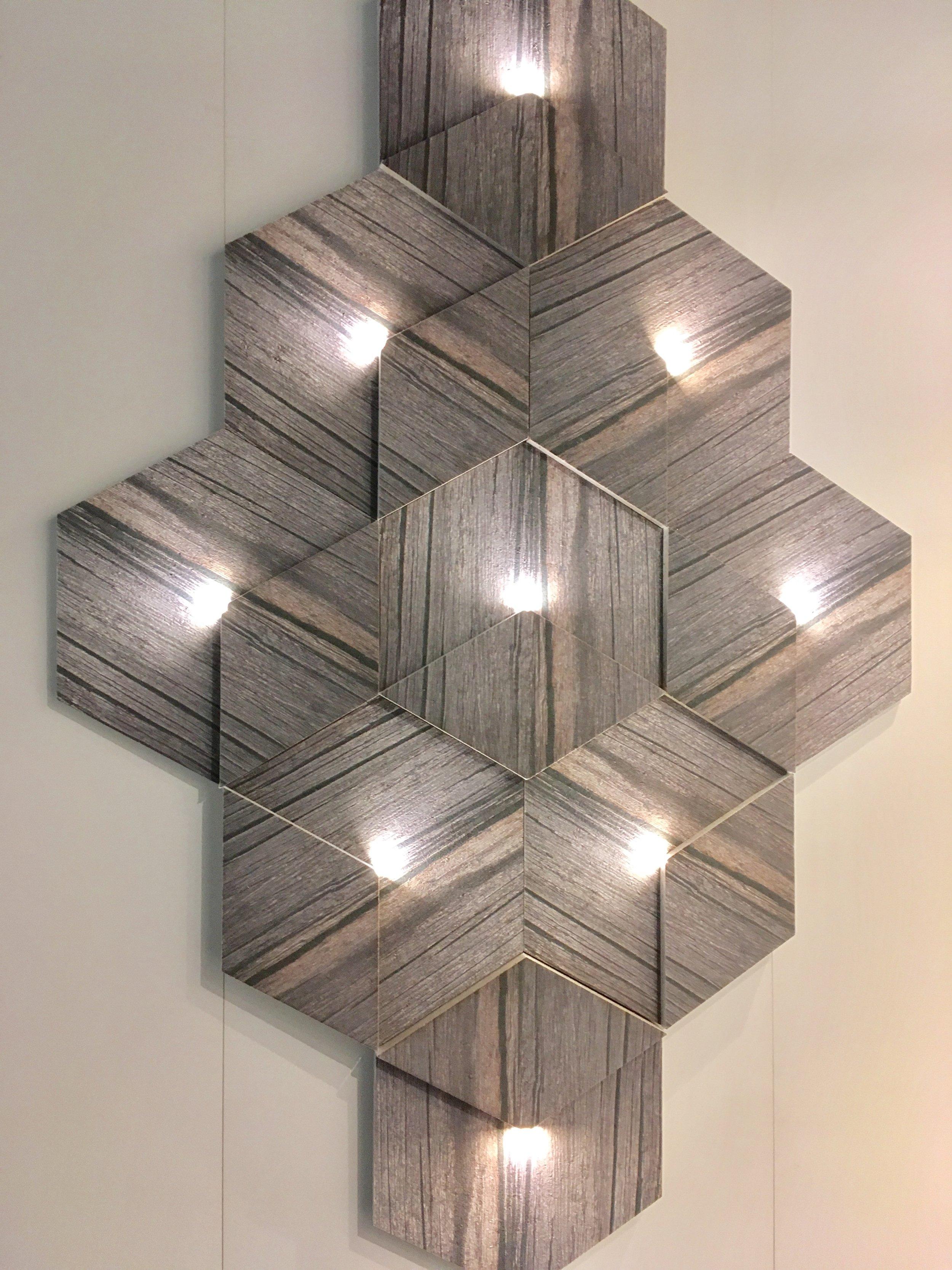 Ruumi akustikat parandav seinapaneel, mis ühtlasi täidab ka valgusti ülesannet.