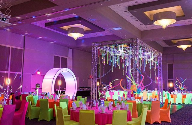 Create the perfect fun setting with neon lighting, lounge furniture and a structure to suspend all your slinkies of course!🙌🏽 #iegkc