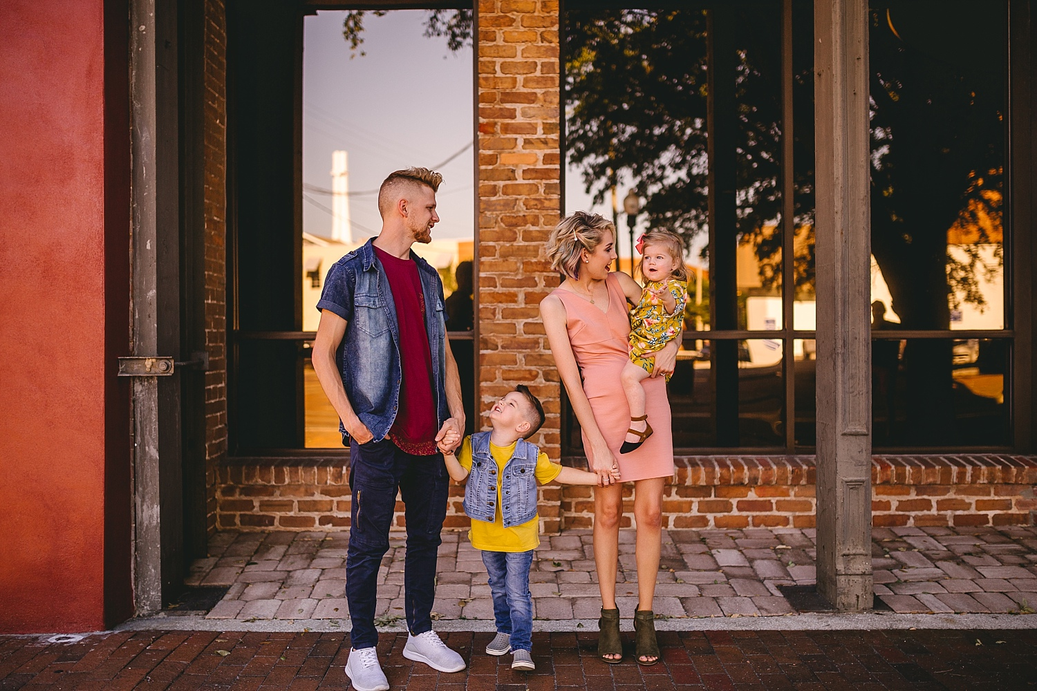 A walking family session in Downtown Tampa_0397.jpg