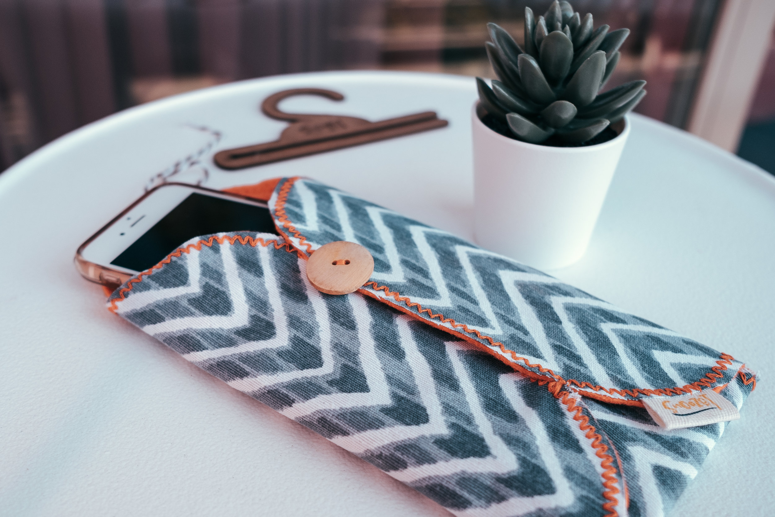 Snoozet - A handmade fabric pocket that lets you live outside your phone.Assembled by a group of women in Mexico and then handpainted in Sunny San Diego, Snoozet simply allows you to be present while contributing to a beautiful cause: women working towards the reunification of their families.@snoozetlifewww.snoozet.com