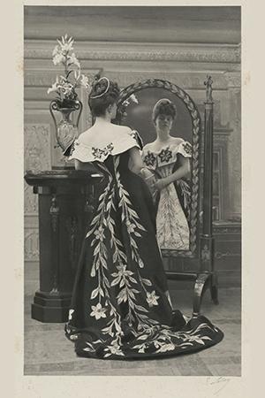 La comtesse Greffulhe, nÈe Elisabeth de Caraman-Chimay (1860-1952), portant la robe aux lis par la maison Worth