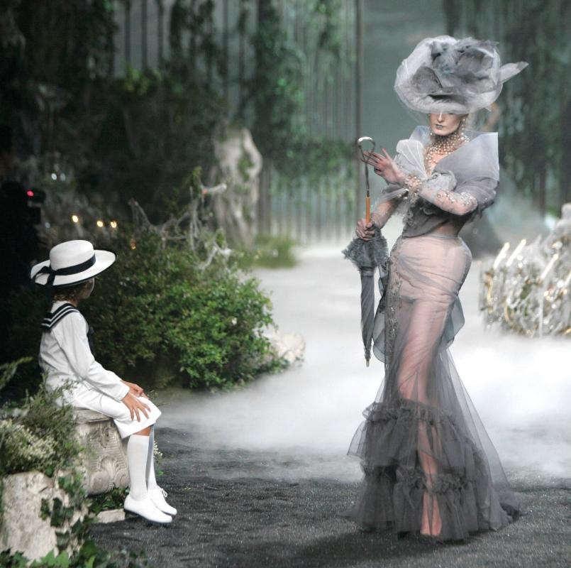 Hommage de John Galliano à Christian Dior et sa mère Madeleine pour Christian Dior Couture, Collection Haute Couture Automne-Hiver 2005 ©Guy Marineau