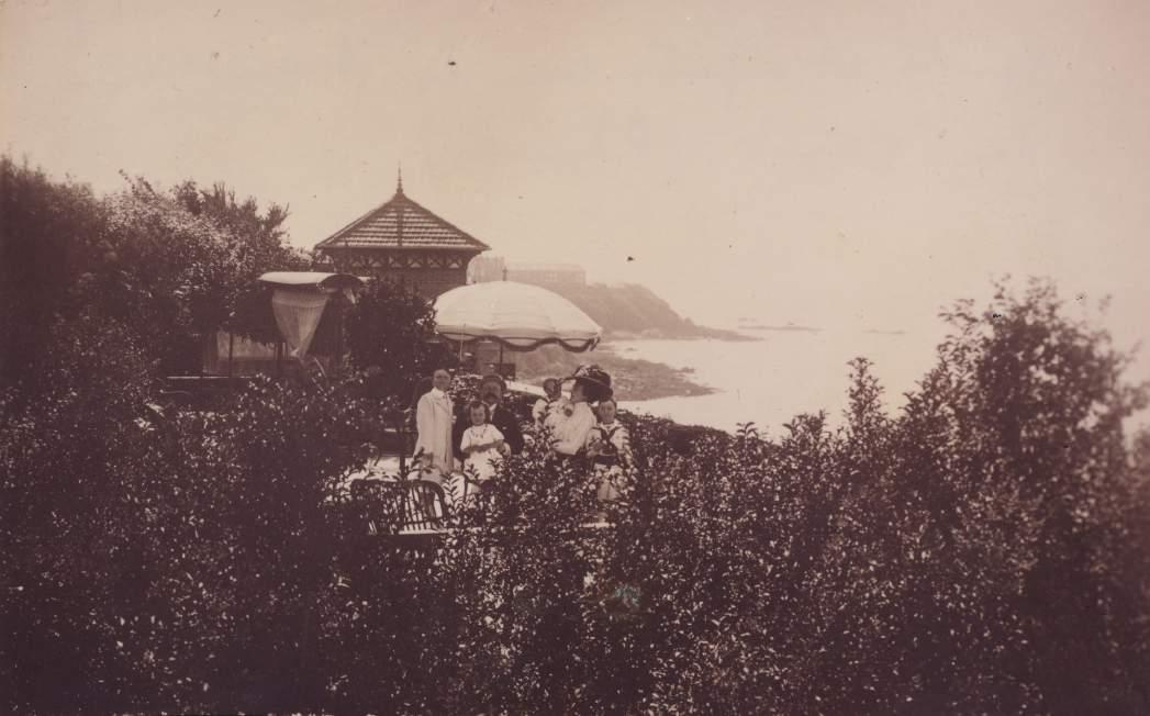 La famille Dior sur la terrasse de la villa Les Rhumbs, vers 1912 ©Musée Christian Dior.jpg