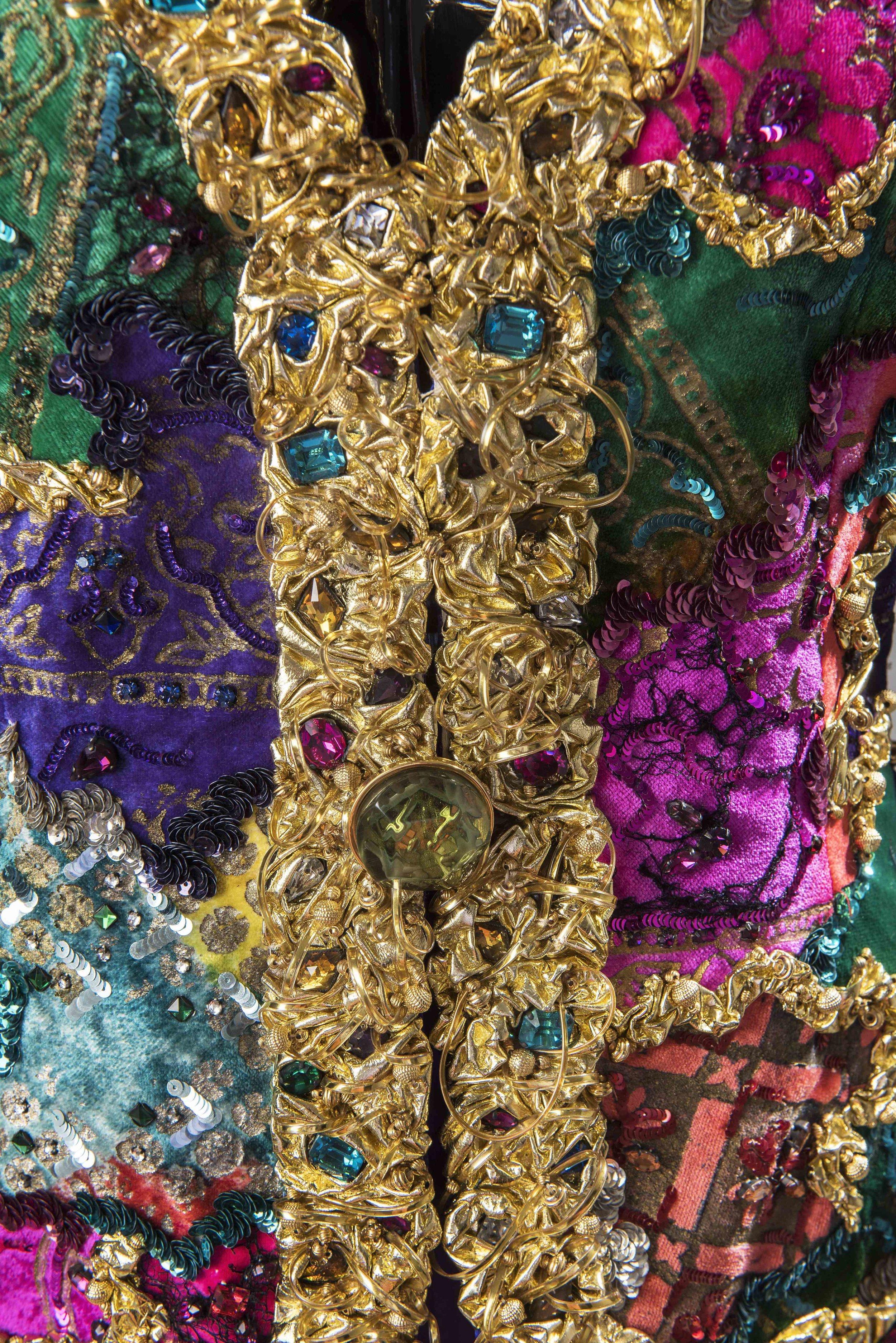 Détail d'un ensemble du soir composé d'une veste brodée effet patchwork et d'un pantalon en satin charmeuse, 1985 © Givenchy - Photo Luc Castel.jpg