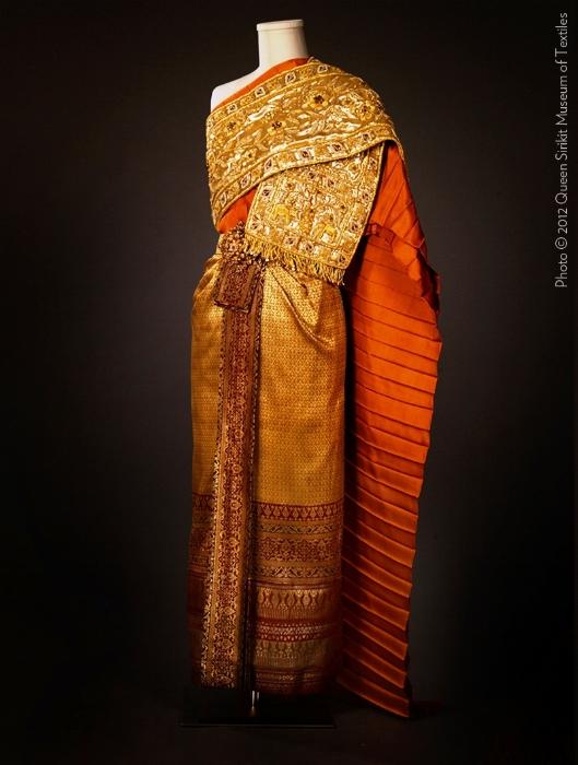Couturenotebook+Queen+Sirikit+of+Thailand-.jpg