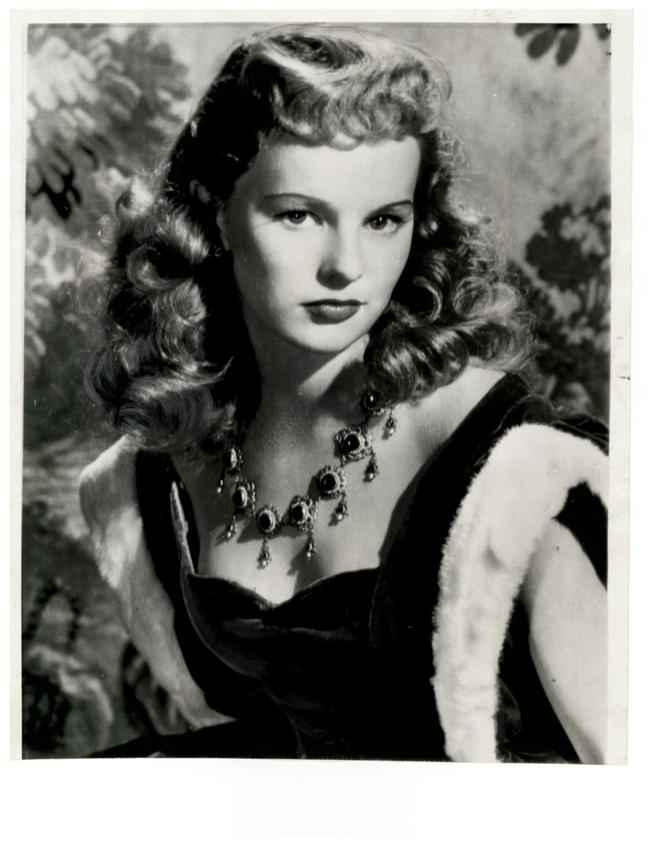 necklace worn by Peggy Cummins in a publicity photograph for Forever Amber in 1947.jpg