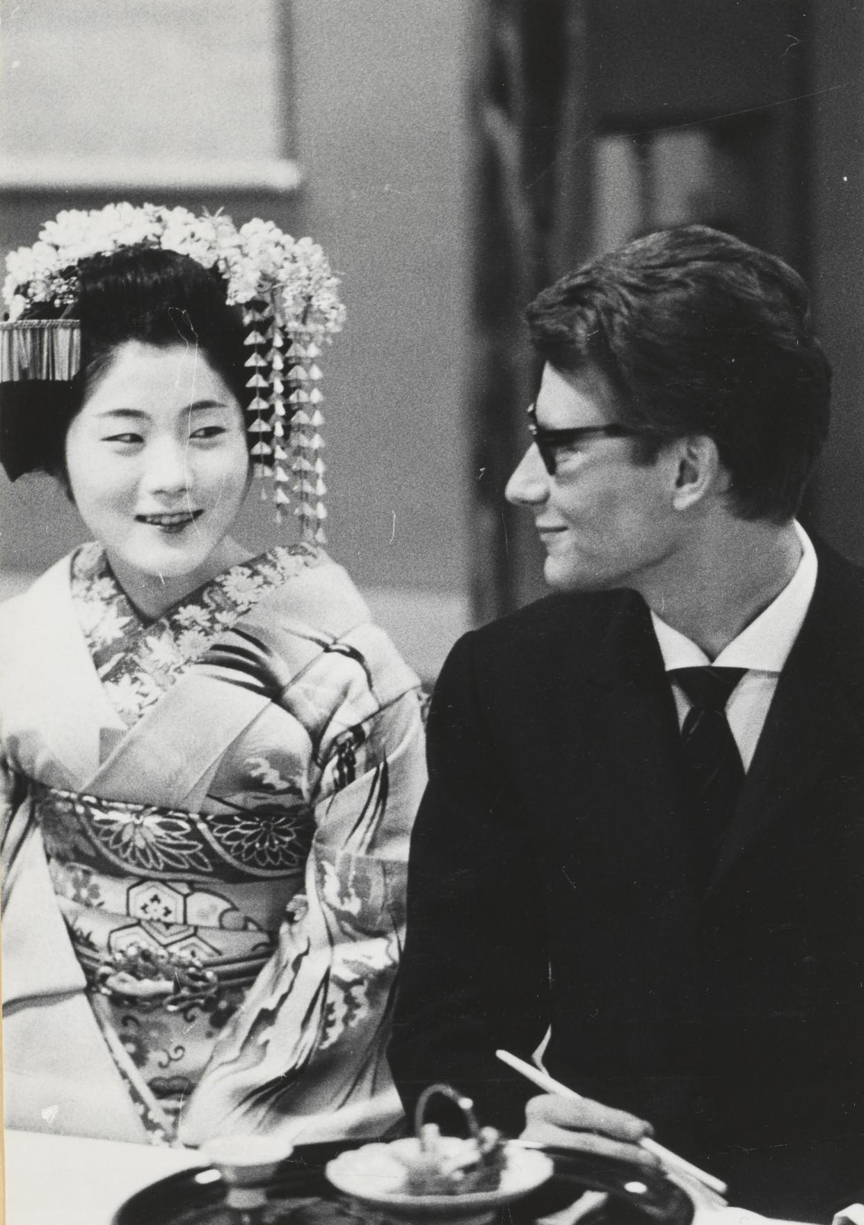 16 - Yves Saint Laurent en compagnie d'une courtisane, Kyoto, avril 1963 © Droits réservés .jpg