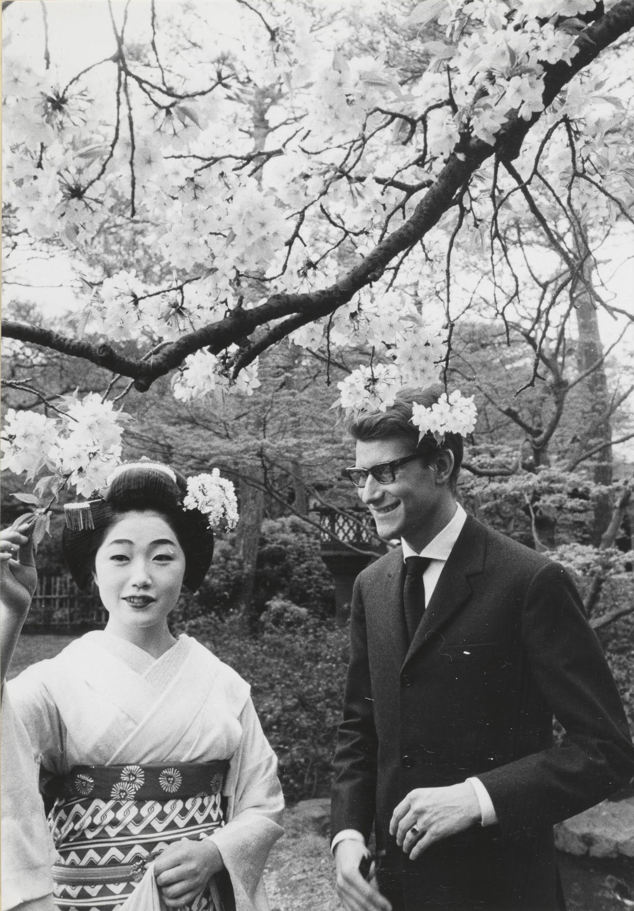 17 - Yves Saint Laurent en compagnie d'une courtisane, Kyoto, avril 1963 © Droits réservés.jpg