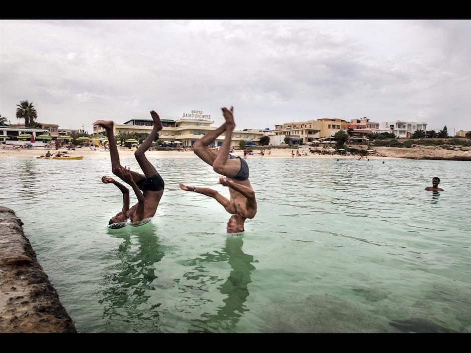 Una-delle-foto-in-mostra-a-Un-altro-sguardo-due-migranti-a-Lampedusa-ritratti-da-Isabella-Balena.jpg