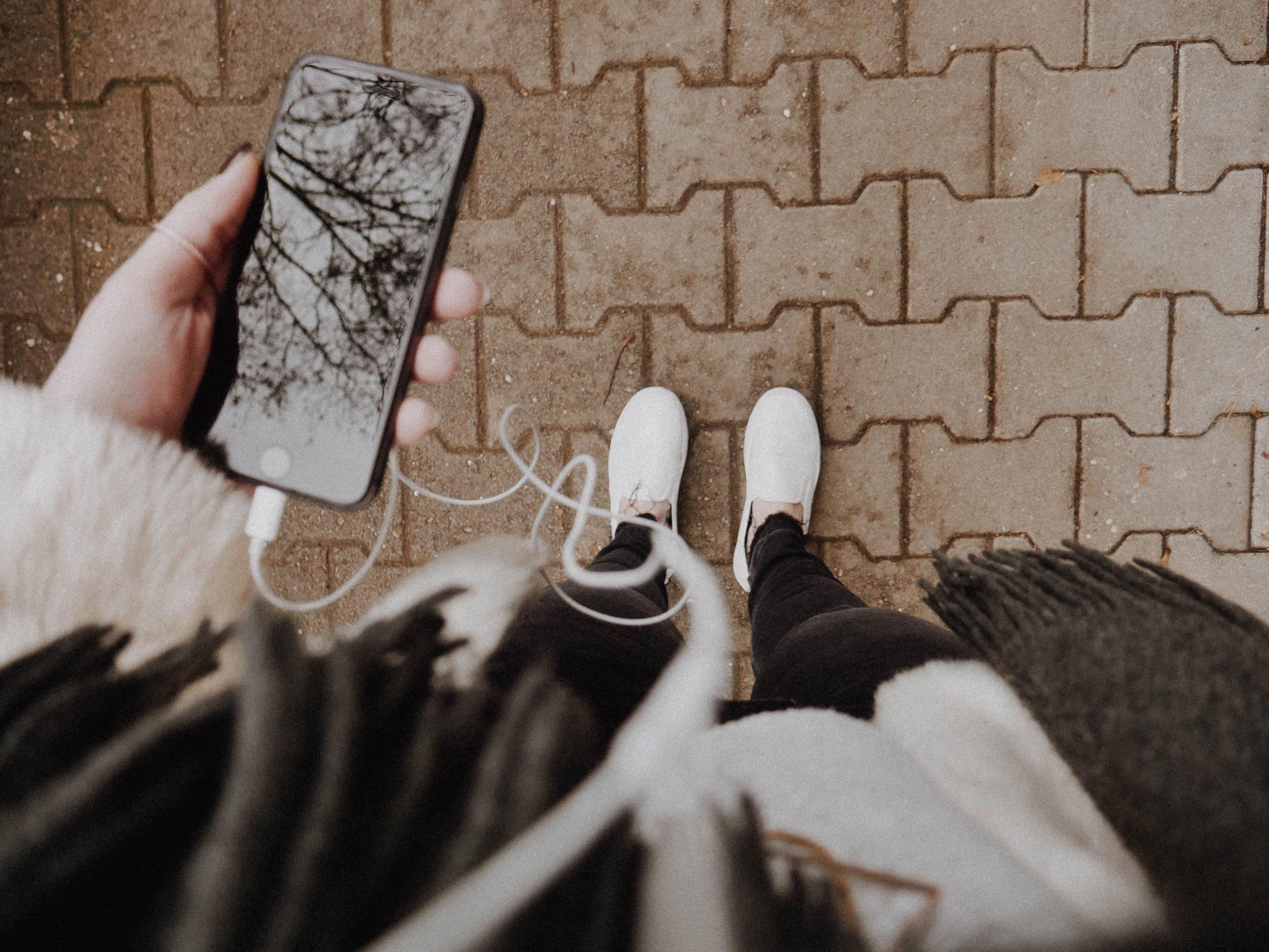 Phone, earbuds, feet © Melanie Pongratz.jpg