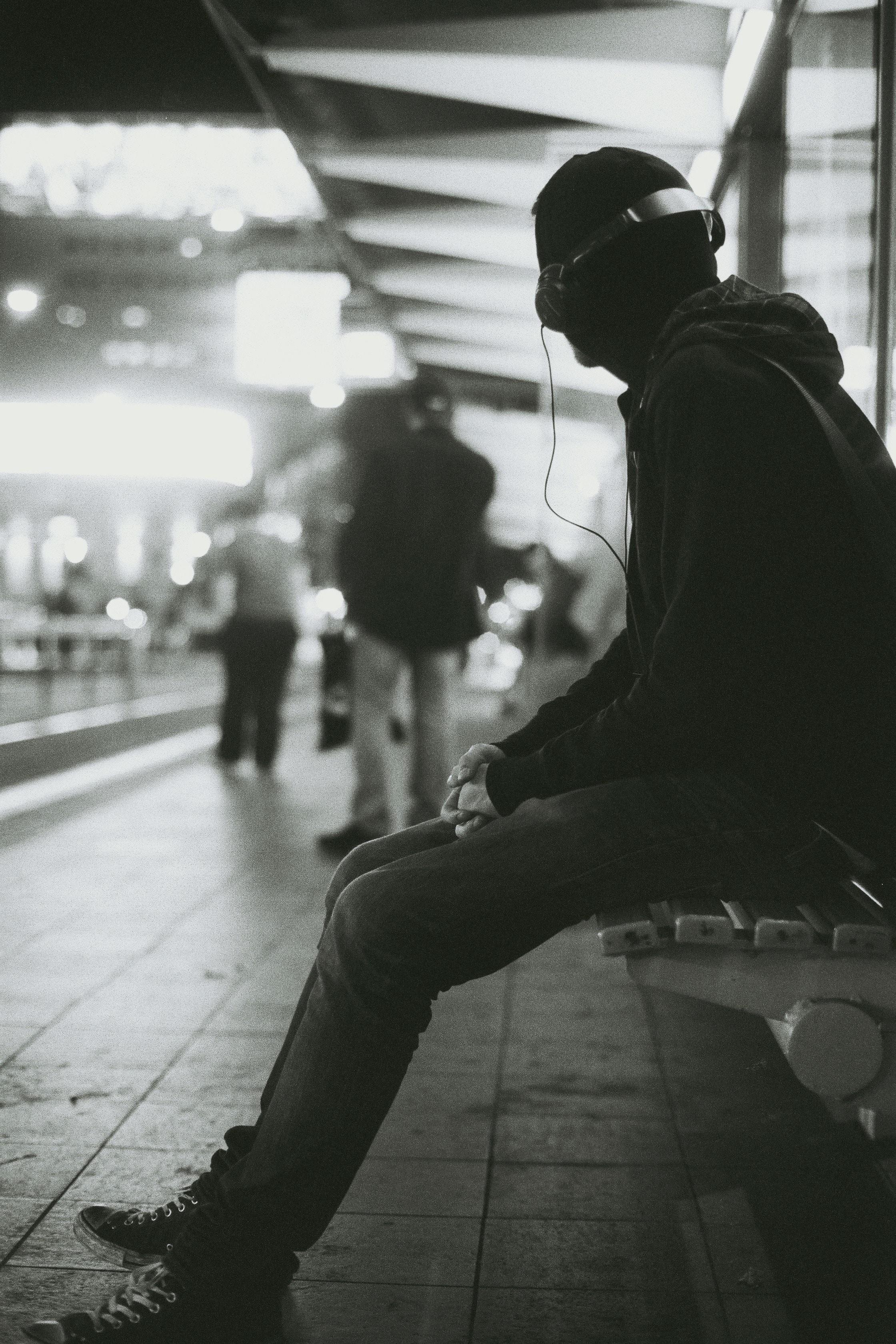 Man earphones metro © Max Wolfs.jpg