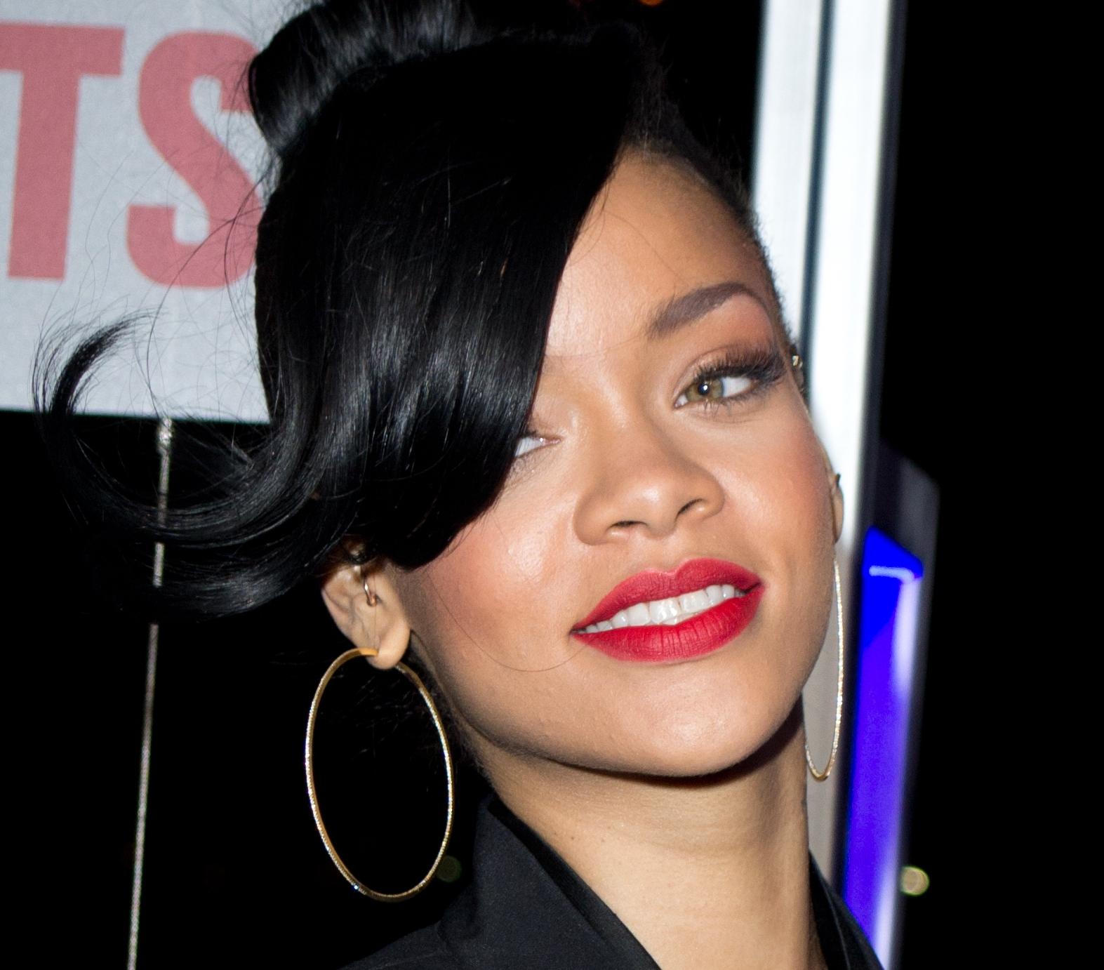 Rihanna_2012_(Cropped).jpg