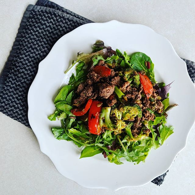 A big ol' pile of meat and veggies on greens is one of my favorite summer meals. 🥗 My go-to ingredient to make this interesting is toasted sesame oil.  It gives it a roasty asian-style taste.  I started the veggies in olive oil and then added the sesame oil and coconut aminos.  I cooked the beef separately so I could strain out some of the grease and then stirred it into the veggies with sesame seeds and cashews.  I drizzled a little more toasted sesame oil and red wine vinegar on the greens, but that's it! Delish and lasted for days. 👌 . . . #eatwell #cleaneating #eatyourveggies #summereats #nomnom