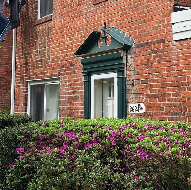 ➡️Swipe to see this amazing before and after! Our client's needed a facelift for their home and we were able to really transform it for them. #curbappeal #dc360