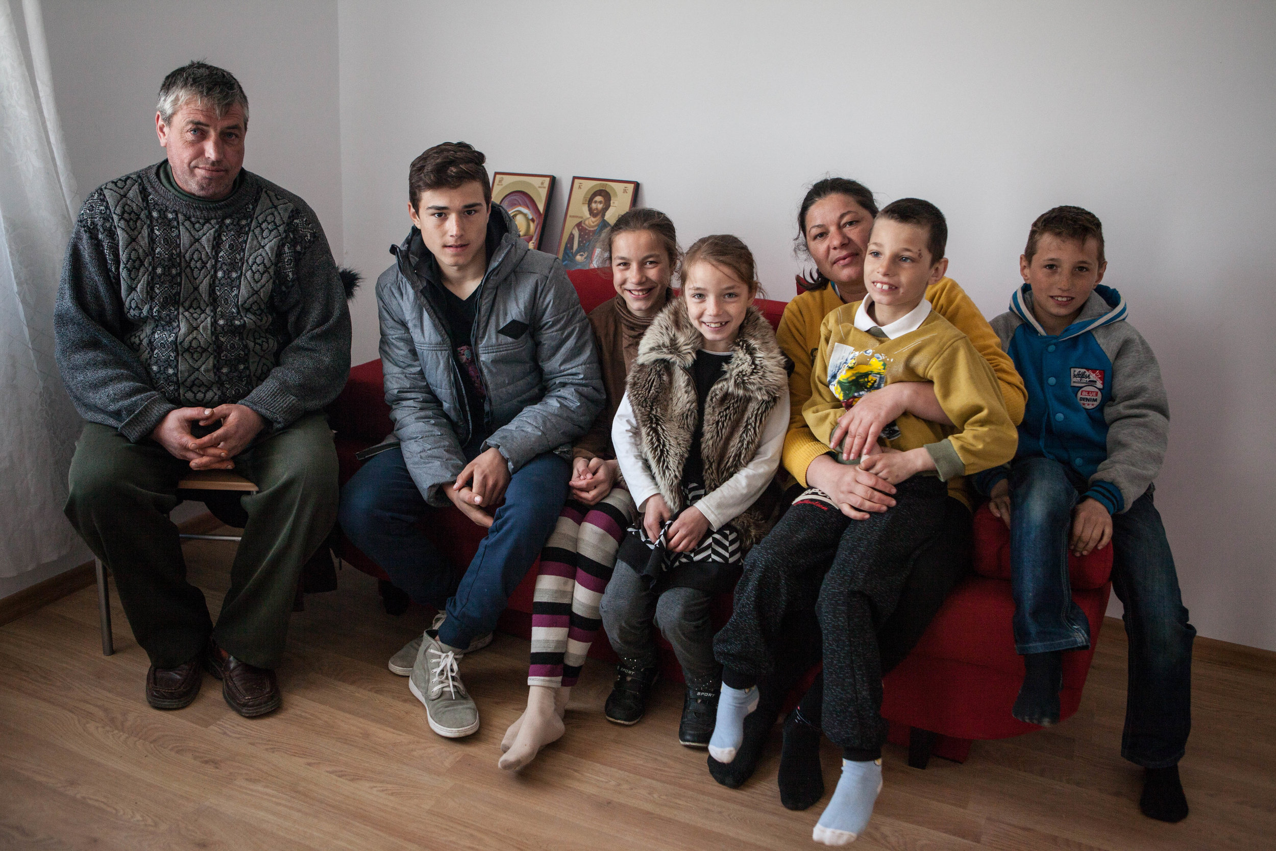Familia Avram în noua locuință
