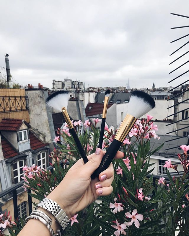 I love the entire ensemble set of brushes by @labeautesoi but these would have to be my three favorite. Aren't they gorgeous? If you look really close you can see the @eiffelparis in the background