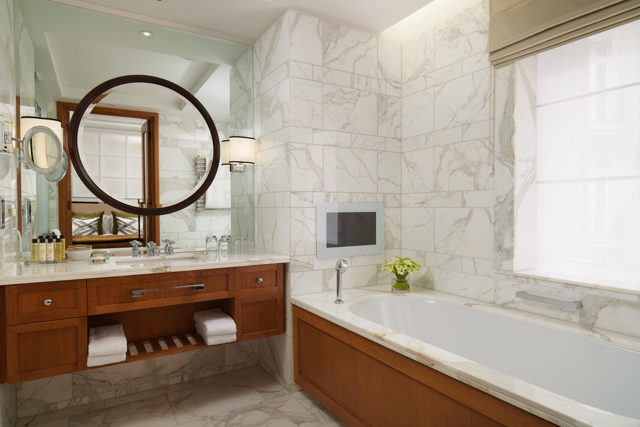 CorinthiaHotel_Garden_Suite_Bathroom_Jack_Hardy_2018.jpg