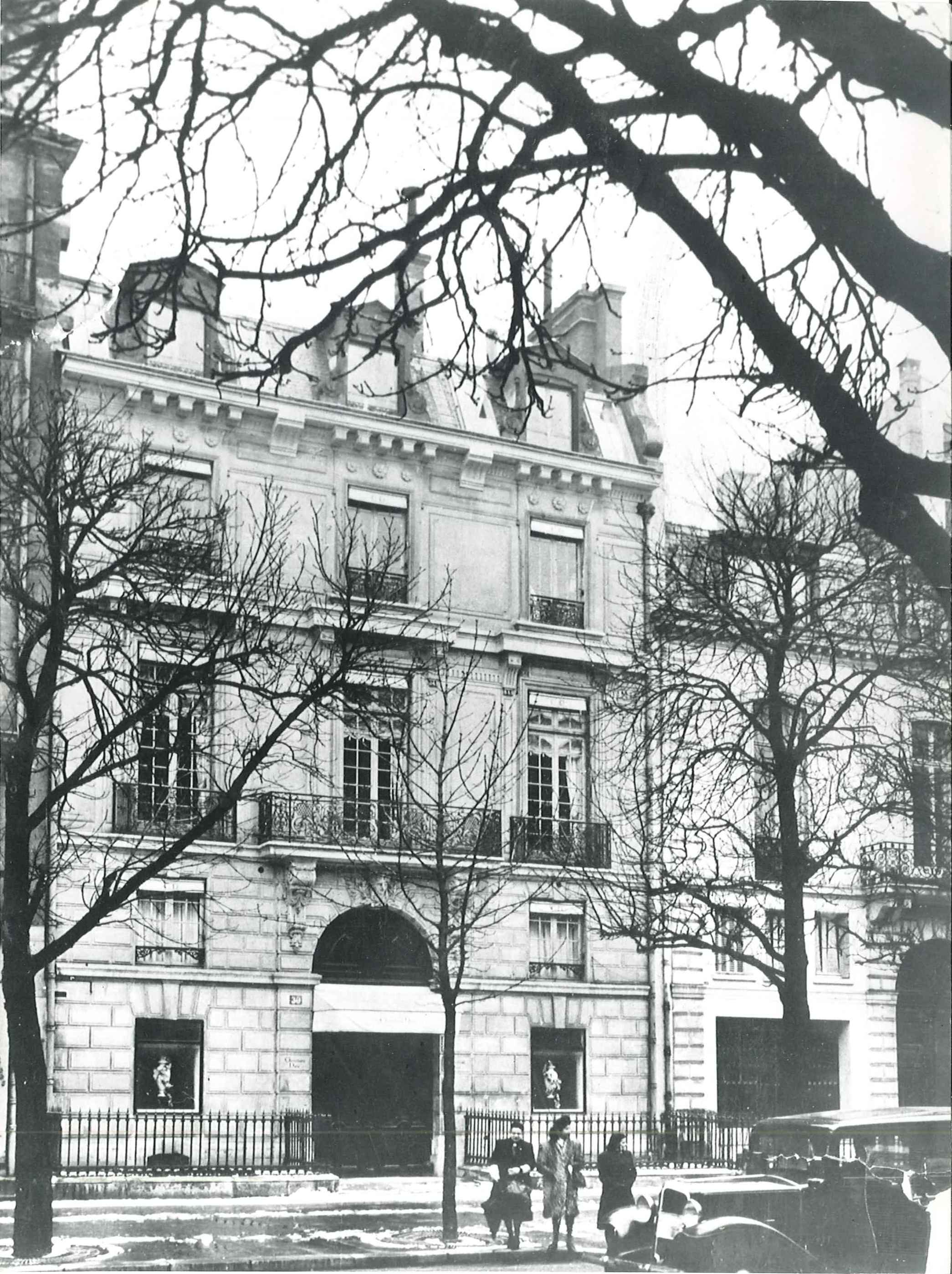 30 Avenue Montaigne, circa 1947. Dior Héritage collection, Paris.jpg