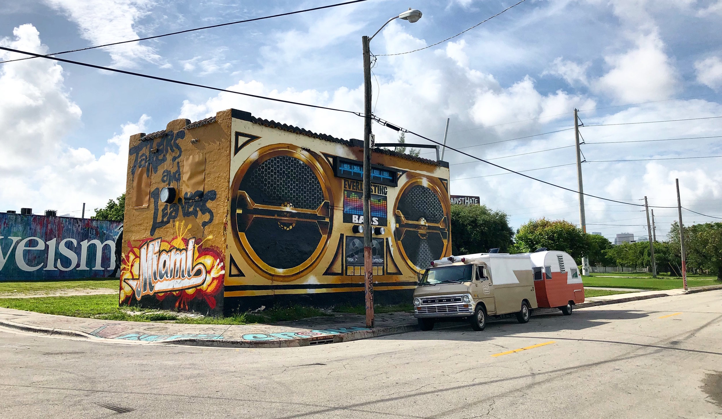 - So I drove down to Miami which has the best murals in the world right, most of them in the Wynwood neighborhood. You must have heard of Wynwood Walls. It's a mecca for muralists. Wynwood gets a new coat of paint on nearly every surface, as street artists from around the world come here to do commissions, compete for prizes, or just throw up pieces to get noticed. I was here for Art Basel 2017 and it was madness. So packed full of people that I couldn't get cell service because every street was a mob of selfies being uploaded.In this podcast we take a look at Wynwood and what's different because of the murals. People are here snapping selfies, property values are going up, but how do you value and make a living when your work is publicly accessible? Who pays for that?