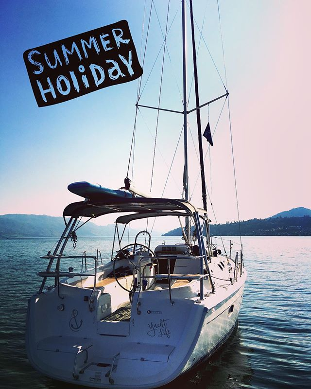 Plan your next Summer Holiday in Kelowna on a yacht, and you can wear your flippy floppies. Private sailing yacht tours on the biggest yacht charter on Okanagan Lake. Details online www.yachtlife.ca ⚓️ #okyachtlife #okanaganyachttours #okanaganlake #explorekelowna #hellobc #summerholidays #kelowna