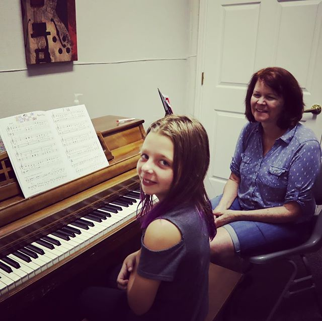Mary has 25+ years experience teaching piano!  This helps young students like Olivia instill great habits and technique from the beginning 👍🏼 #roundrockmusic #pianolessons #kidsmusicclass #musiclessons #roundrocktx #pflugerville #hutto