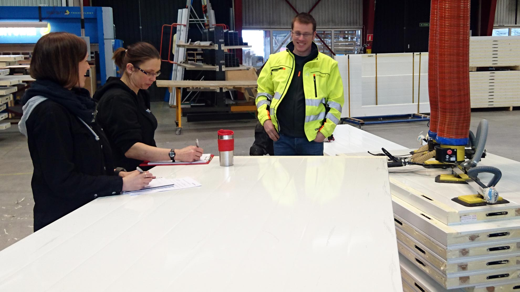 Foto: Johannes Gunvordal frå Bedriftshelse1 på vernerunde hos Fresvik Produkt.