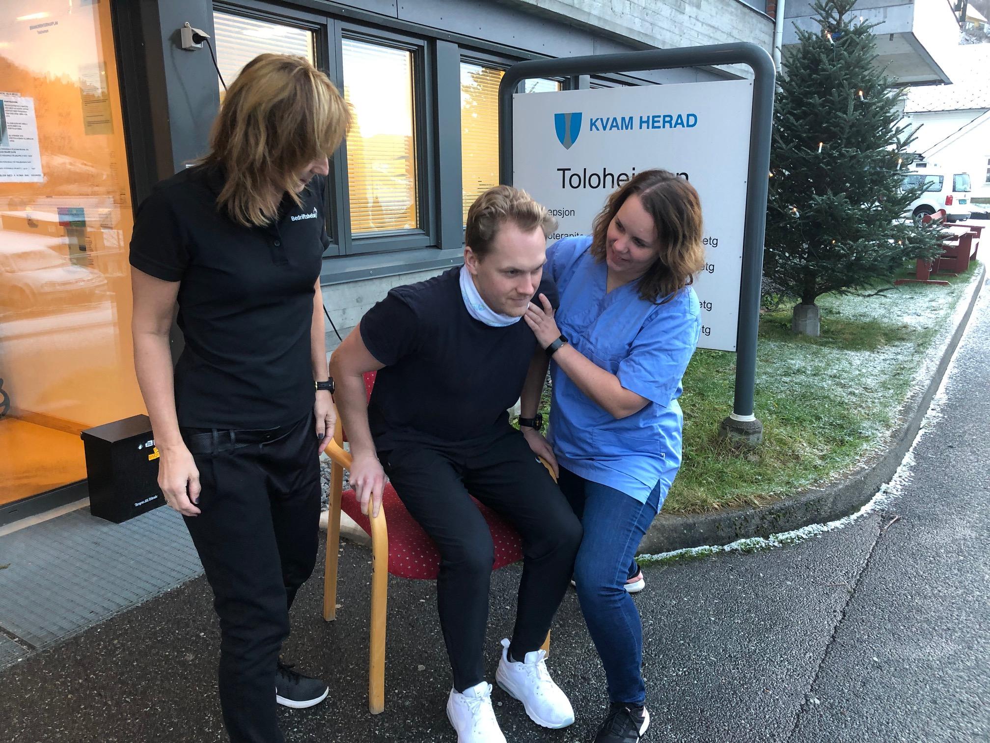 Fyseioterapeutene Torild Kveberg frå Bedriftshelse1 (t.v.) og Rikke Gjerde Reistad frå Kvam herad viser riktig forflytningsteknikk.