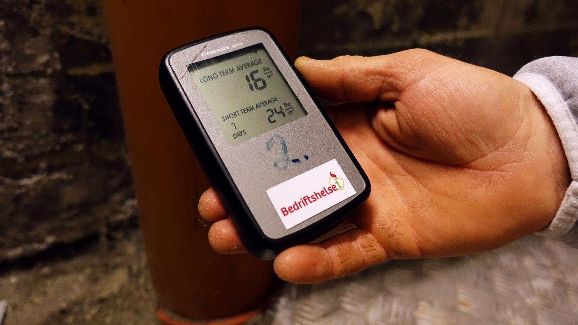 Dette elektroniske instrumentet vil vise kor høge verdiar av radon vi er eksponert for, og når dei oppstår gjennom døgnet.