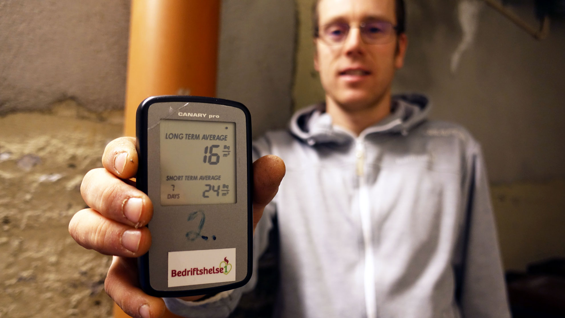 Bedriftshelse1 sine verneingeniørar jobbar med å måle radon-nivået på arbeidsplassar, samt ei rekkje andre oppgåver innan rådgiving for innreiing og støy.