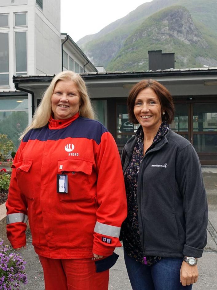 Hanne Hoel Pedersen med Annbjørg Olga Lereng i Bedriftshelse1 i Årdal.