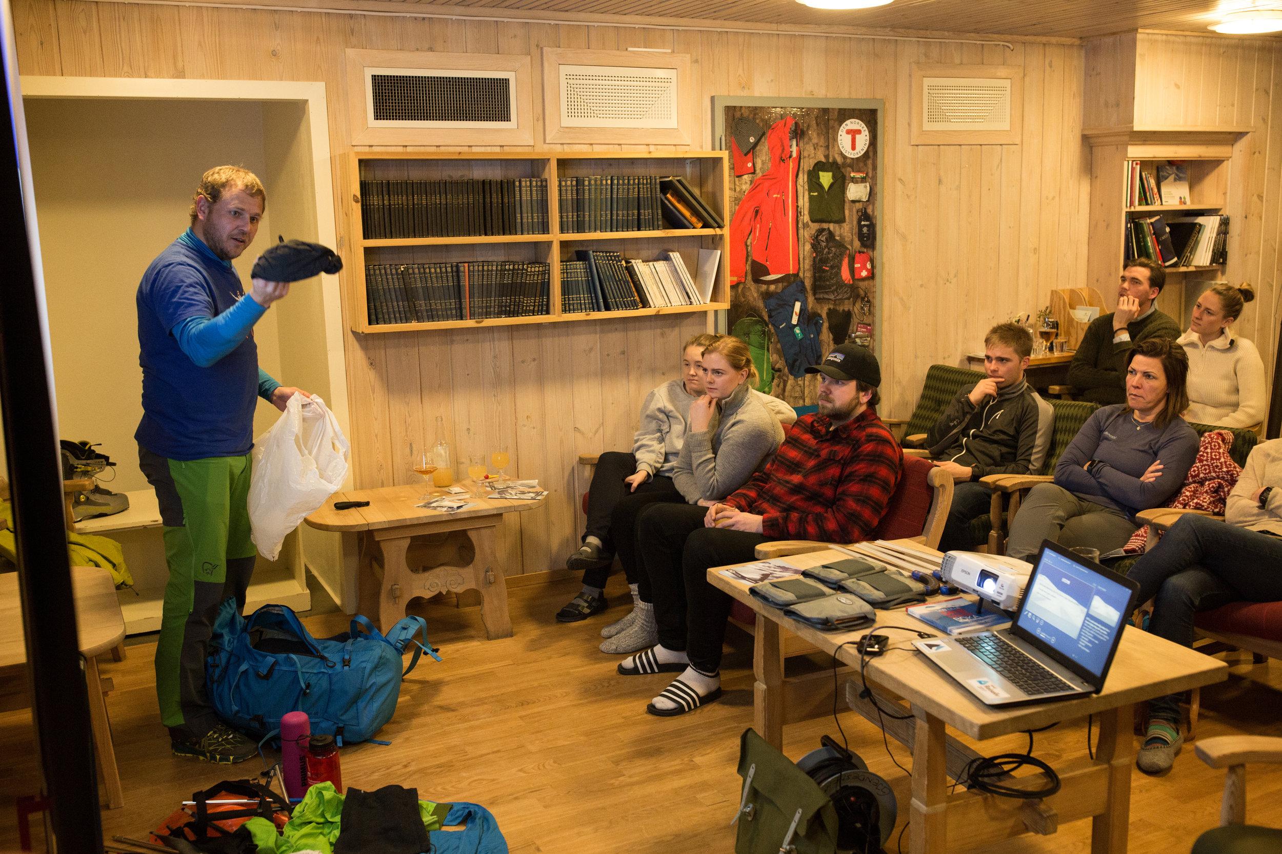 Gjennomgang av utstyr fyrste kvelden. Å bli kjent med eget utstyr er viktig for å kunne mestre vinterfjellet.