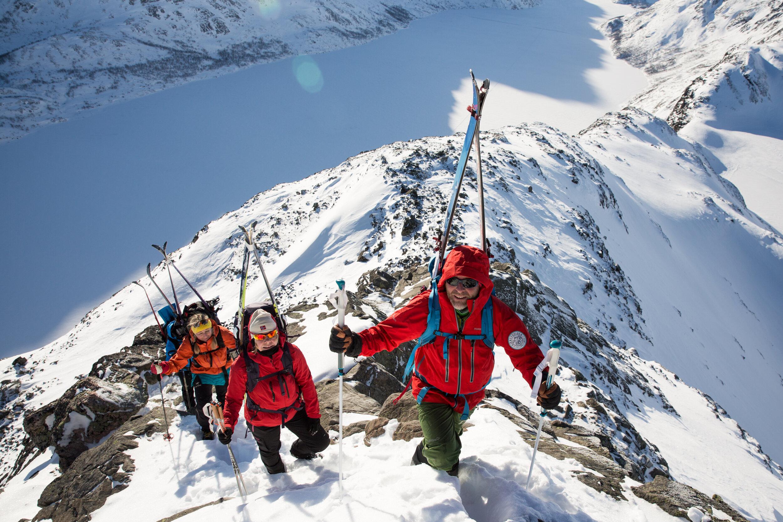 Opp eggen fester vi skia på sekken, og smiler til resten av verda!