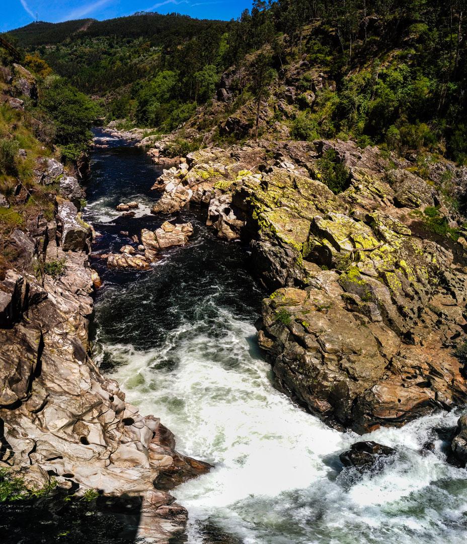 Colagem de várias fotografias tiradas na Gola do Salto para conseguir enquadrar a queda de água e a montanha à frente