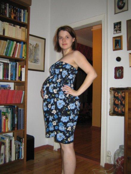 2006. Poserar stolt i ett loppis-shabrak som jag sytt om till mammaklänning.