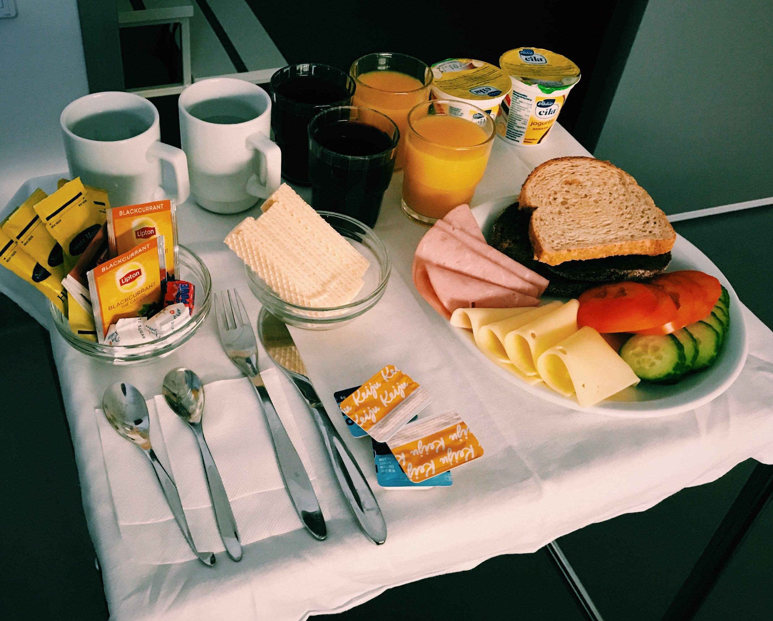 Klockan är 03 och vi sitter i förlossningssalen och äter frukost/ nattmat/ mellanmål/ jubelsmörgås.